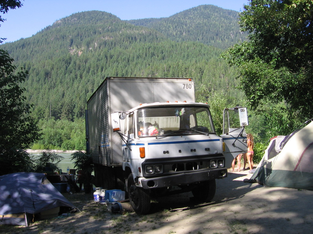Squamish Valley: mobile sauna on the river